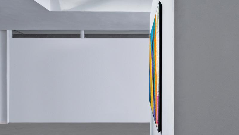 テレビ本体に収まる構造の壁掛け用取り付け金具により、テレビと壁が一体化。横から見てもほとんど厚さを感じない。