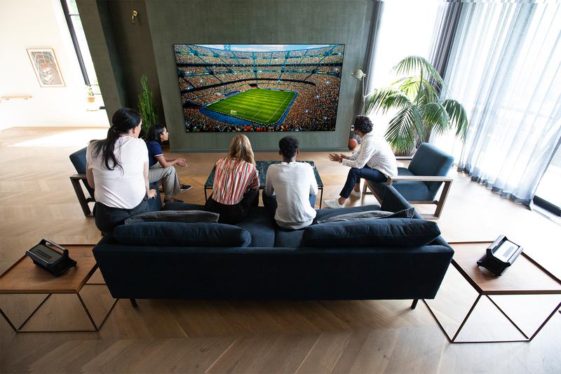 動きの早いスポーツも鮮明に見える有機ELパネル。臨場感たっぷりのサウンドで、映画やゲームも大迫力!