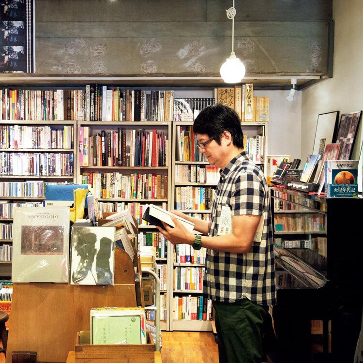 東京〈古書ほうろう〉店内 作家の穂村さん