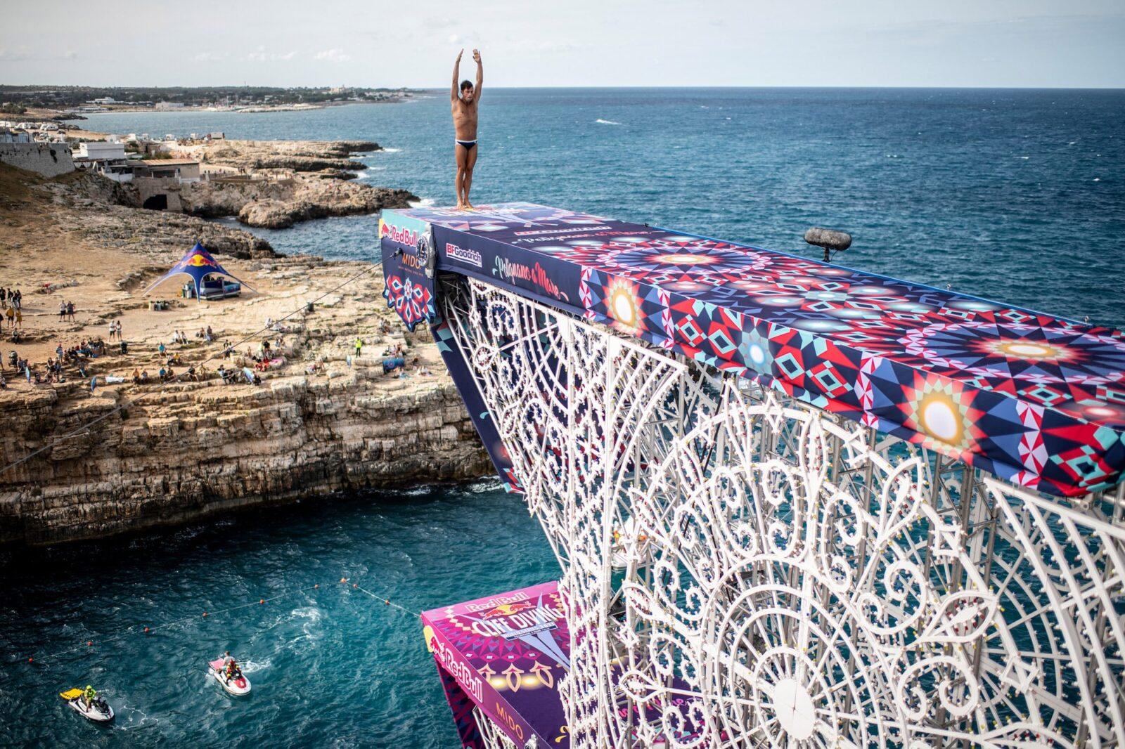 クリフダイビングはRed Bullがサポートする新進のスポーツのひとつ。最高27mの高さから海や川に飛び込み、宙返りとひねりの回数や、空中姿勢や入水の美しさなどを、採点によって競い合う。今年はワールドシリーズが欧州の6つのロケーションで開催中。写真は2021年9月に開催されたイタリア・プーリアでの様子。ダイナミックな自然の景観を楽しめるのも魅力のひとつなのだ。最終戦は10月16日、アゼルバイジャンのバクーにて。photo: Dean Treml / Red Bull Content Pool