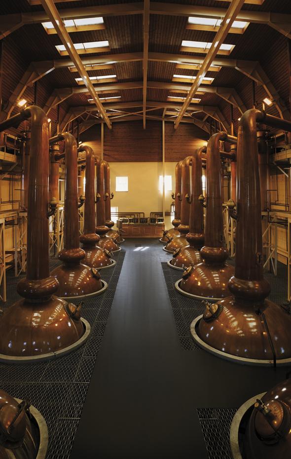 華やかで甘味のある成分を抽出するために、スコットランドで最も背の高い5.14mの蒸留器(ポットスチル)を採用。