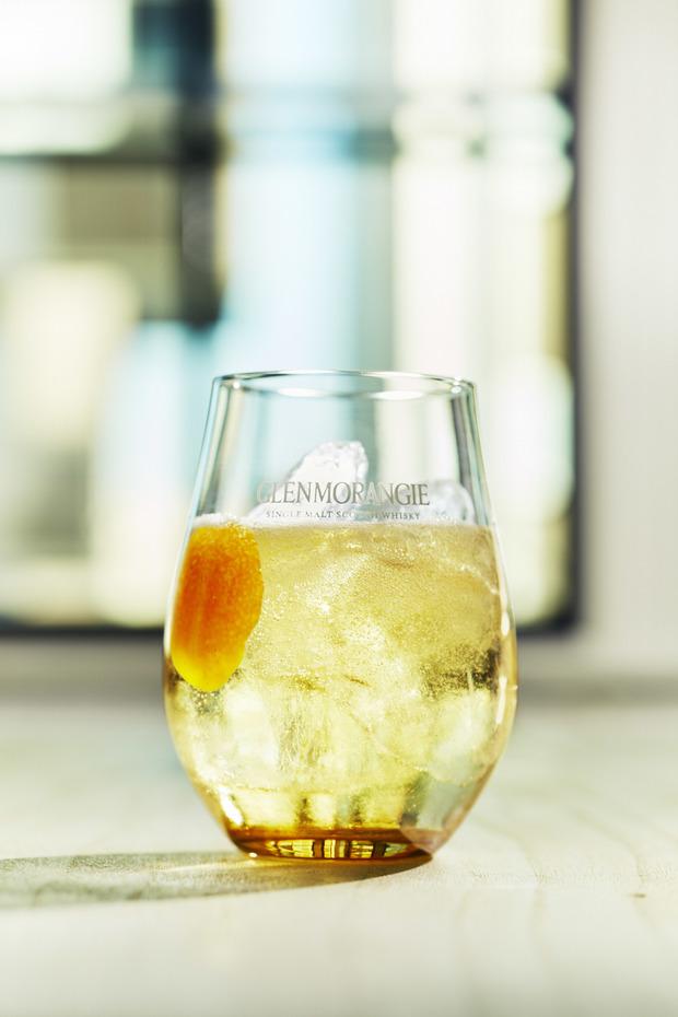 華やかな柑橘の香りを楽しみたいのなら、オレンジの皮とソーダ水を足して飲むのがオススメ。
