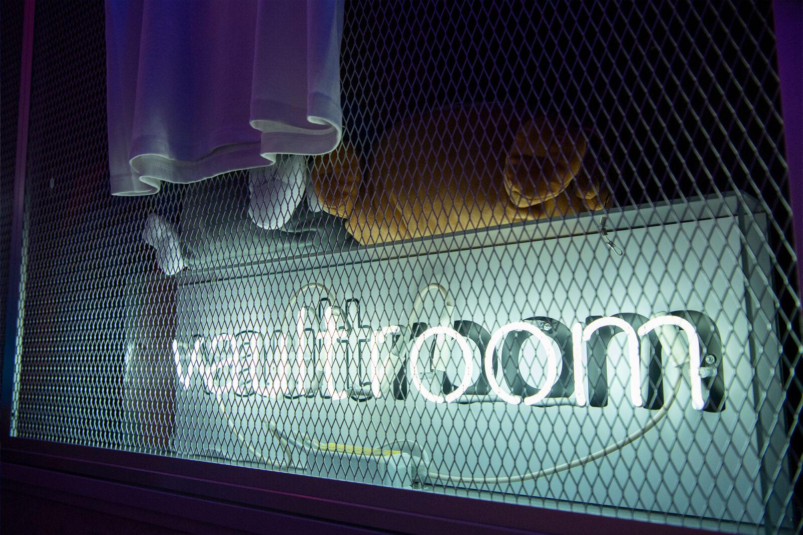 〈vault room〉を象ったLEDネオンサイン。