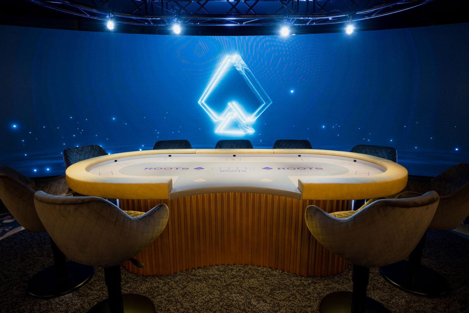 奥の一段高くなった場所にあるのが、上位ランカーのみが使用する特別テーブル。ビッグトーナメントの決勝戦では、スクリーンにオリジナル動画が映し出され場を盛り上げる。