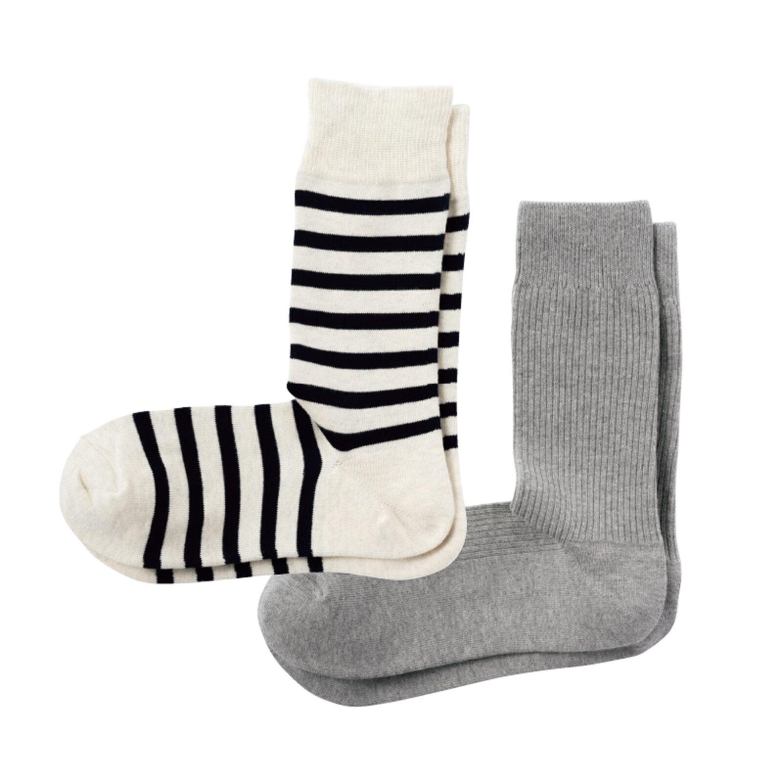 〈無印良品〉のソックス1990年代から綿製品で使用するコットンを積極的にオーガニックコットンに切り替えている無印良品。原料生産地の環境保全や生産農家の安全に配慮し、オーガニックコットンの使用量の拡大に継続的かつ長期的に取り組んでいる。オーガニックコットン混足なり直角リブ靴下(グレー)、ワイドボーダー柄靴下(オートミール)各¥362(無印良品 池袋西武 TEL:03-3989-1171)